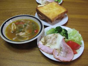 ハムエッグとサラダとスープ