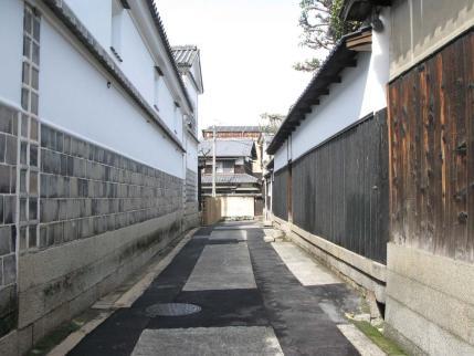黒塀と白壁