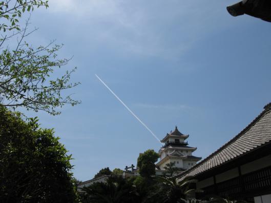 天守閣から飛行機雲