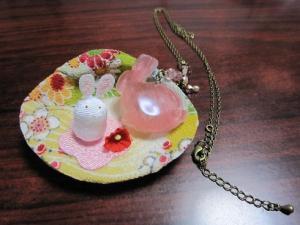 貝のお皿とウサギのネックレス