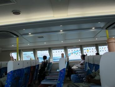 窓から見える台湾の貨客船