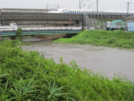 増水と停まった新幹線