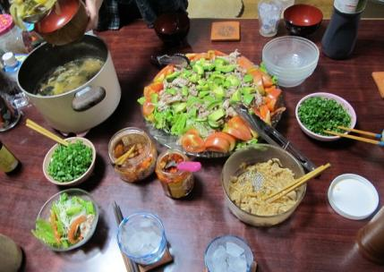 豚肉とアボカドのサラダ、玉ねぎとじゃがいもの味噌汁
