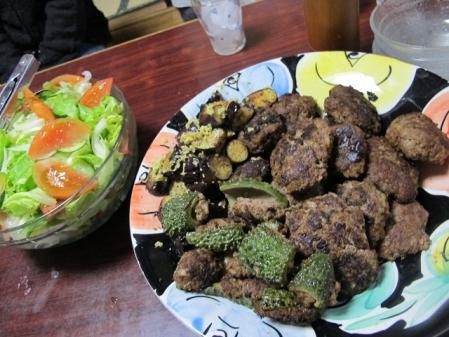 ハンバーグとゴーヤの肉詰め、ナス油焼き、サラダ
