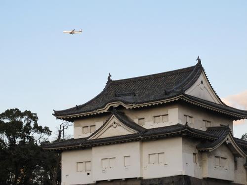 大阪城とANAの飛行機