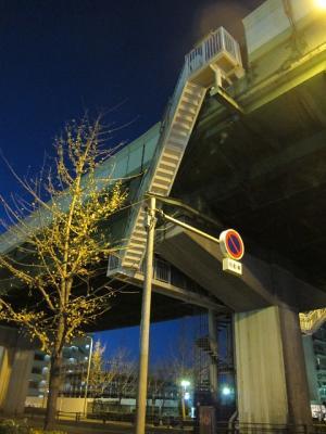 阪神高速から階段で