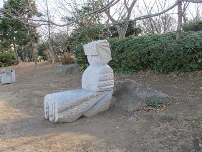 座ってる巨像
