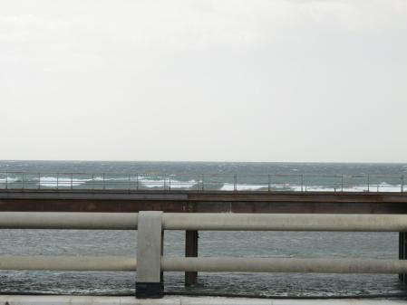 鉛色の湘南の海