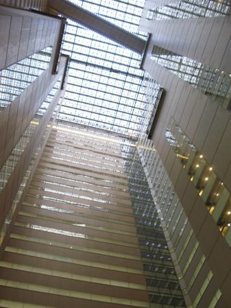 NSビル1階より上を見ると・・・
