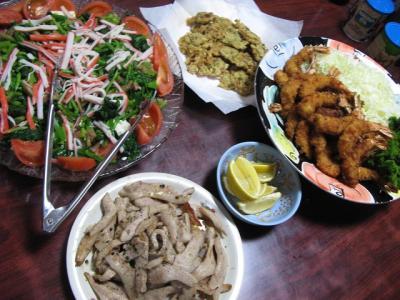 エビフライ、お好み揚げ、豚トロ、豆腐とほうれん草のサラダ