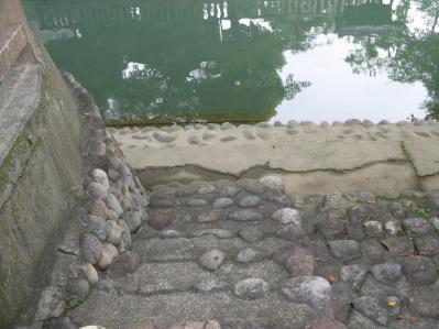 川に降りる階段