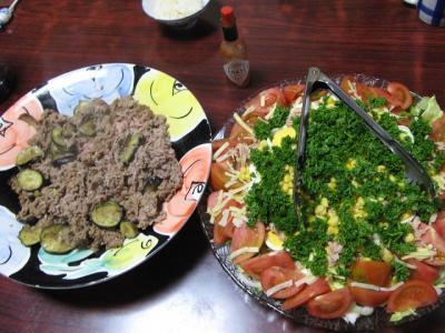 牛肉とナス炒め、チーズとコーン入りサラダ