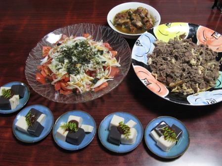 牛肉とキノコ炒め、ゴマ豆腐、トマトとオニオンのサラダ、スペアリブベーコン