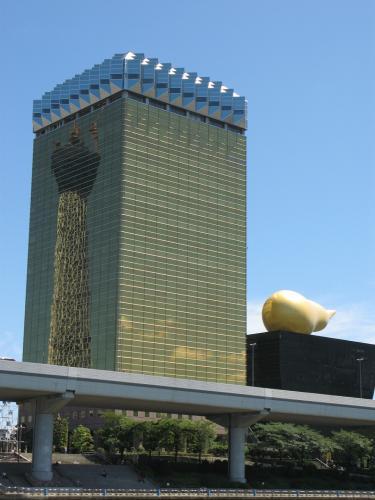 アサヒビールタワーに映るスカイツリー