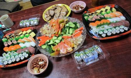 寿司、チャーシュー、野菜とカニカマ