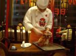 烤鴨を切る