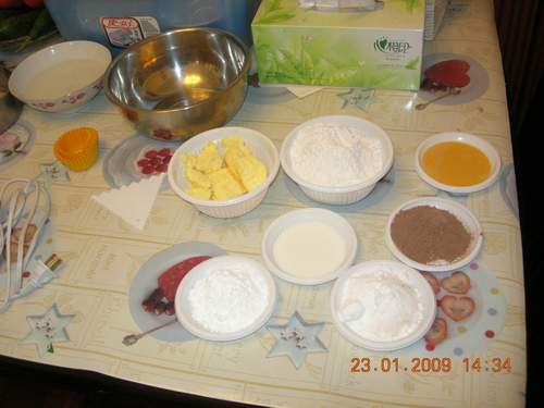 各种面粉,糖份,牛奶,鸡蛋......