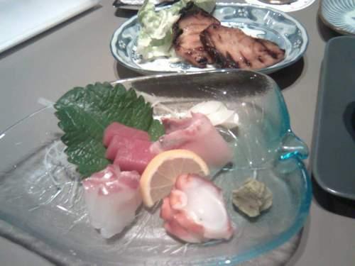 刺身拼盆和烤醬汁銀鱈魚