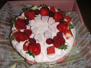 苺とハートとマカロンのピンクケーキ