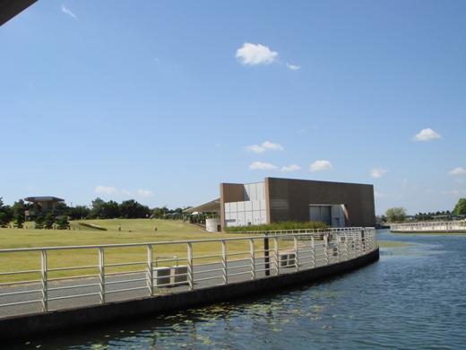 2-9-1水辺に立つ野外コンサート会場