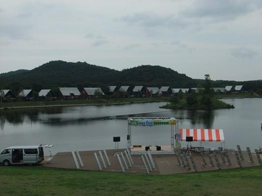 1-2湖畔のステージ