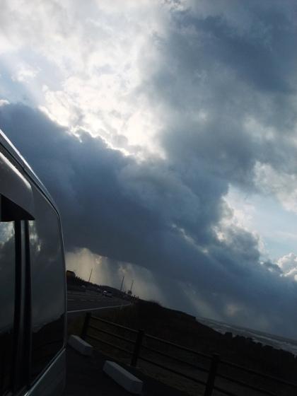 4-6暴風の空と雲と車