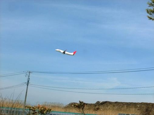 20110502-49がれきの山と飛び立つ飛行機
