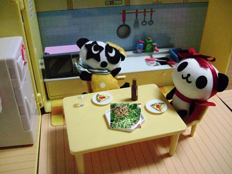 毛糸のパンダ食卓