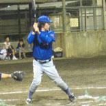 初回裏、佐藤が適時二塁打を放つ