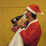 ビールをラッパ飲みするサンタ