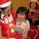 サンタを見て泣き出す遥