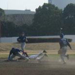 1回表、一・二塁間に走者を挟むが二塁セーフ