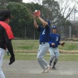 阿曽一塁手がフライをつかむ