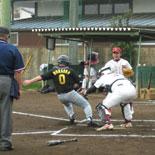 1回表、村岡がタッチアップし本塁突入するが憤死
