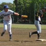 5回裏、神田がタッチをくぐり抜け一塁セーフ