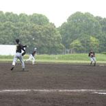 1回表、投ゴロで二塁走者が飛び出し、アウトにする