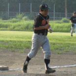 1回裏、先頭の村岡が安打を放つが二塁を欲張りタッチアウト