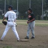 1回裏、先頭の山崎が安打で出塁