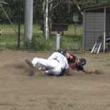 2回裏、村岡が本塁へ突入するが惜しくもタッチアウト
