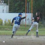 3回表、牽制で一塁走者を刺す
