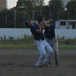 3回表、田中と鎌田が交錯し、飛球を落球