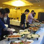 食事を取る参加者