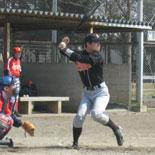 3回裏、岡が適時二塁打を放つ