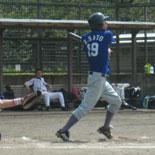 4回裏、佐藤が満塁走者一掃の適時二塁打を放つ