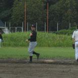 1回裏、村松が二塁打を放つ