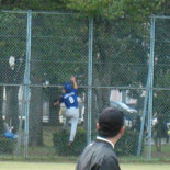 3回表、本塁打を捕球しようと金網をよじ登る村上