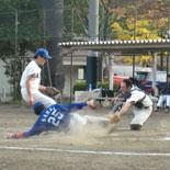 1回裏、金井が本塁を狙うがタッチアウト