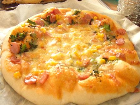 コーンとウインナーのピザ