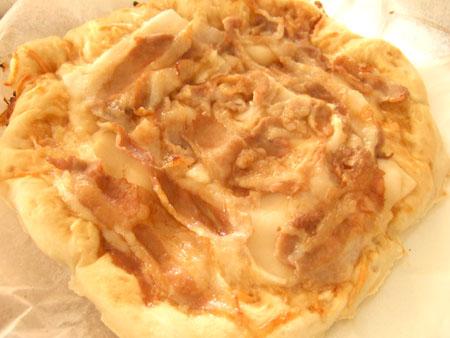 豚バラ肉とお餅のピザ