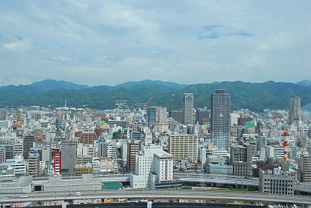 山側、市章山が見えます。